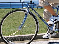 自転車の修理は是非!専門店におまかせください。パンク修理 1,500円~ブレーキ調整 700円~ギア調整 700円~にて承ります。所要時間は30分程度です。※ただし繁忙期、土曜日、日曜日は自転車をお預かりして即日もしくは翌日のお渡しとなります。代車の無料サービスもありますのでご利用ください。部品の取り寄せが必要な修理には数日程度の時間を要します。その場合はご了承ください。